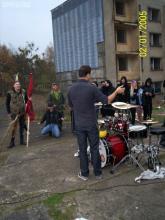 Drummer Maik kündigt von der Band spendierte Gaumensäfte an.